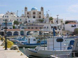 Die, für den kleinen Ort, viel zu groß geratene Kirche,dominiert die Hafenansicht